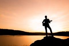 Kontur av musikern med gitarren arkivfoton