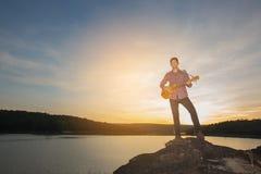 Kontur av musikern med gitarren royaltyfri bild
