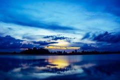 Kontur av naturbakgrund på solnedgång i flodstranden Arkivfoton