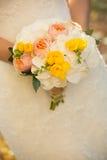 Kontur av nygifta personer i bakgrunden Royaltyfri Foto