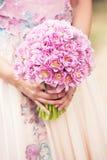 Kontur av nygifta personer i bakgrunden Fotografering för Bildbyråer