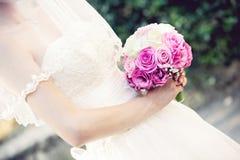 Kontur av nygifta personer i bakgrunden Royaltyfria Foton