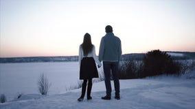 Kontur av par på solnedgången lager videofilmer