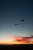 Kontur av paraglider två på solnedgången Royaltyfria Foton