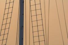 Kontur av rep, stegar och strukturen av flaggapolen royaltyfri foto