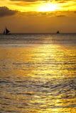 Kontur av segelbåtar på horisonten av tropisk solnedgånghavsFilippinerna Arkivfoto