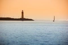 Kontur av seglingen på solnedgången royaltyfria foton