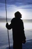 Kontur av sheperden med en skurk, vintrig morgonsnöscape royaltyfria bilder