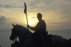 Kontur av soldaten på hästrygg med vapnet under reenactment av striden av Manassas som markerar början av inbördeskriget arkivfoto