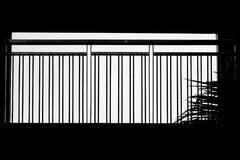 Kontur av stålbalkongen på modern byggnad Royaltyfri Fotografi