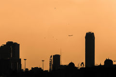 Kontur av staden i solnedgångljus Royaltyfri Bild