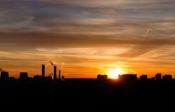Kontur av staden på solnedgångbakgrund Arkivfoto