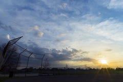 Kontur av staketet för baseballdiamant på gryning, härlig soluppgång royaltyfria foton