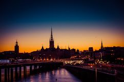 Kontur av Stockholm cityscapehorisont på solnedgången, skymning, svensk arkivbild