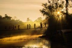 Kontur av turisten i morgontiden Arkivfoton
