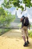 Kontur av turisten och ett härligt landskap royaltyfria foton