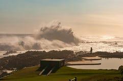 Kontur av turister som beskådar enorma vågor Arkivfoto