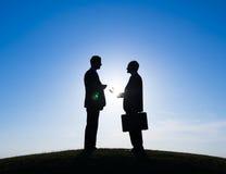 Kontur av två affärsmän som tillsammans talar fotografering för bildbyråer