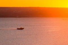 Kontur av två personer i en lokal liten fiskebåt Royaltyfria Bilder