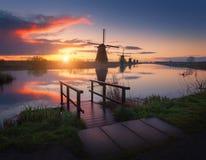 Kontur av väderkvarnar på soluppgång i Kinderdijk, Nederländerna Arkivfoton