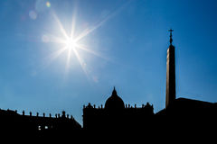 Kontur av Vaticanet City, backlit royaltyfria foton