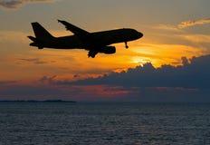 Kontur des Passagierflugzeugs über Nachtmeer Stockfoto