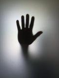Kontur för hand för gest för man- eller kvinnavisningstopp till och med frostat exponeringsglas Royaltyfri Foto