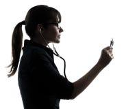 Kontur för stetoskop för kvinnadoktor hållande Fotografering för Bildbyråer