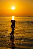 Kontur till den härliga flickan på solnedgången Fotografering för Bildbyråer