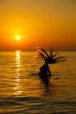Kontur till den härliga flickan på solnedgången Royaltyfria Foton