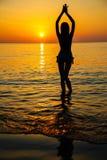 Kontur till den härliga flickan på solnedgången Arkivfoto
