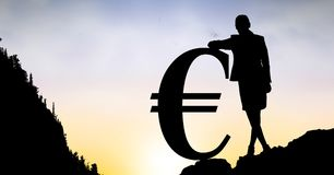 Konturaffärskvinnabenägenhet på eurotecken mot himmel Royaltyfri Bild