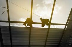Konturarbetare som arbetar i konstruktionsplats Fotografering för Bildbyråer