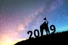 Konturbarnet kopplar ihop lyckligt för bakgrund för nytt år 2019 på t royaltyfri bild