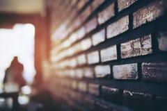 Konturbild av folk med textur för tegelstenvägg arkivbild