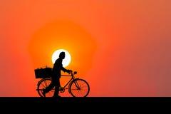 Konturbild En man som går med cykeln stock illustrationer