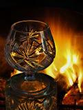 Konturen eines Kristallglases vor dem hintergrund eines Burning Stockbilder