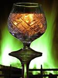 Konturen eines Kristallglases vor dem hintergrund eines Burning Stockfoto