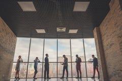 Konturer av affärsfolk i ett konferensrum Arkivbilder