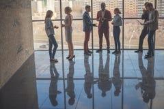 Konturer av affärsfolk i konferensrum Arkivfoton