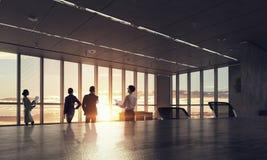 Konturer av affärsfolk i regeringsställning Blandat massmedia royaltyfri fotografi