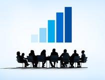 Konturer av affärsfolk som har ett möte och en graf över Royaltyfri Bild
