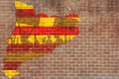 Konturer av att protestera folk mot flaggan av Barcelona på avbrottsväggbakgrunden Arkivbild