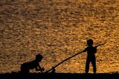 Konturer av barn på stranden arkivbilder