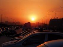 Konturer av bilar på solnedgången Arkivbilder