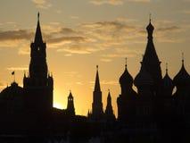 Konturer av den historiska byggnad-Kreml för Moskva och St-basilika Royaltyfria Foton
