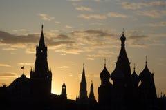 Konturer av den historiska byggnad-Kreml för Moskva och St-basilika Arkivfoton