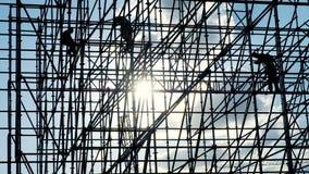 Konturer av den manliga teknikerarbetaren på konstruktionsplatsen Arbetare på solnedgångbyggmästare monterar design kvalitet f?r  arkivfilmer
