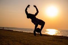 Konturer av en ung man på en strand Fotografering för Bildbyråer