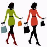 Konturer av flickor med shoppingpåsar Royaltyfria Bilder